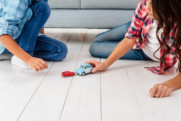 Hoge hoek broers en zussen spelen met speelgoed