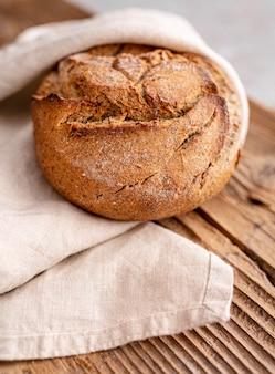 Hoge hoek brood op houten tafel