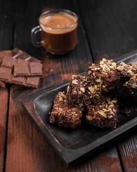 Hoge hoek brownies met noten en chocoladerepen