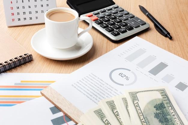 Hoge hoek bureau met contant geld en koffie