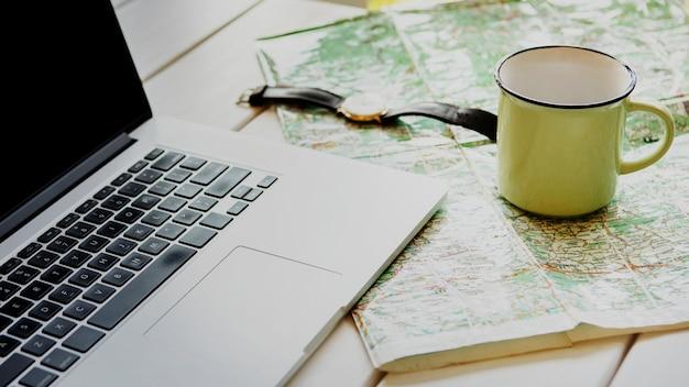 Hoge hoek bureau met reizende hulpmiddelen
