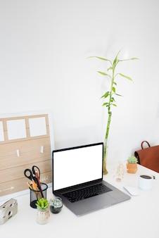 Hoge hoek bureauartikelen met laptop