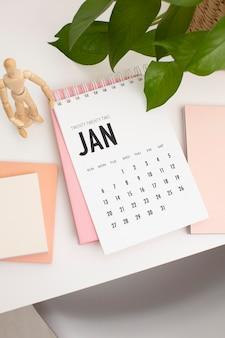 Hoge hoek bureauopstelling met kalender