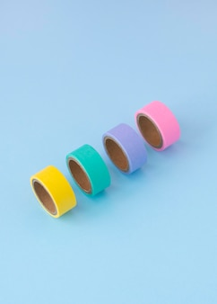 Hoge hoek bureauopstelling met kleurrijke tape