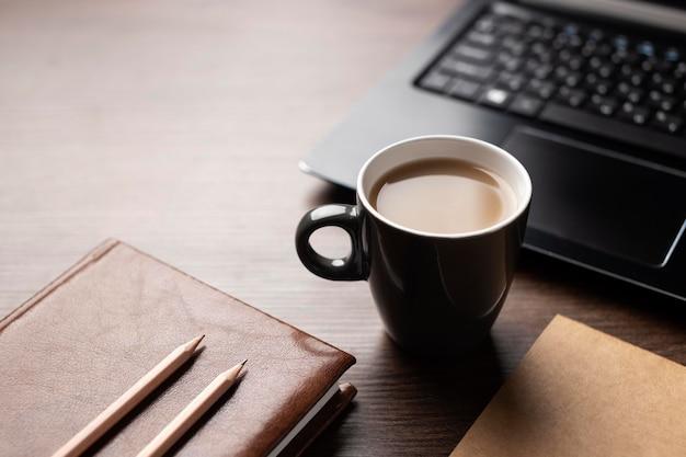Hoge hoek bureauopstelling met koffie