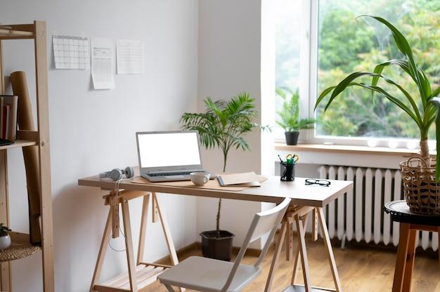 Hoge hoek bureauopstelling met laptop