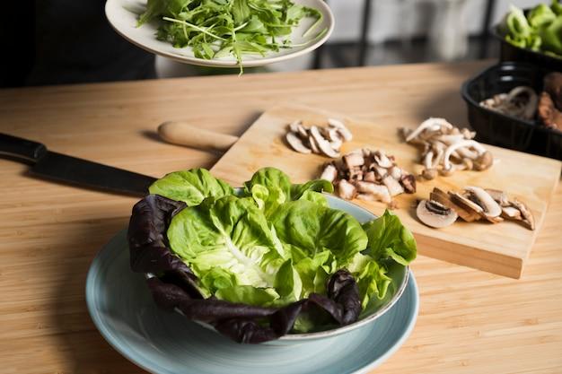 Hoge hoek champignonplakjes