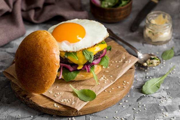 Hoge hoek cheeseburger met gebakken ei