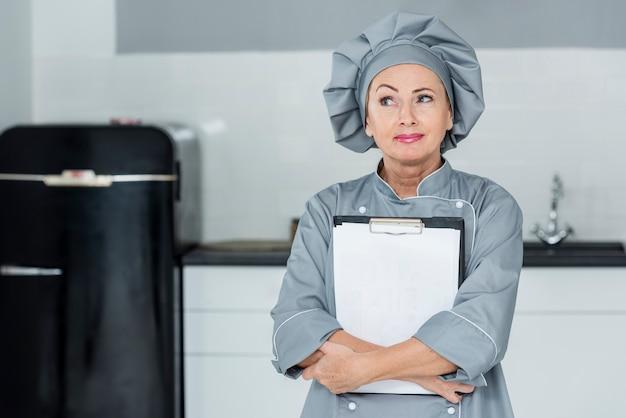 Hoge hoek chef-kok in de keuken