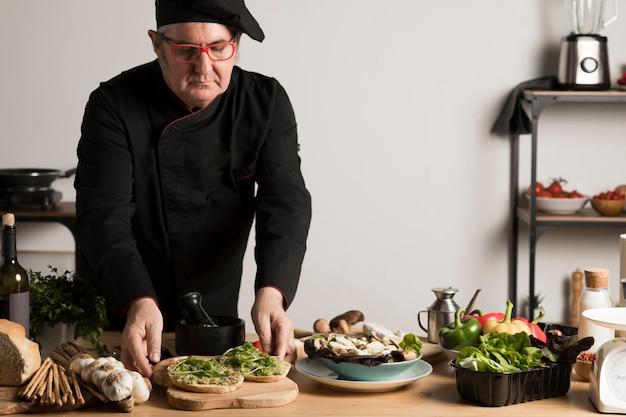 Hoge hoek chef-kok koken