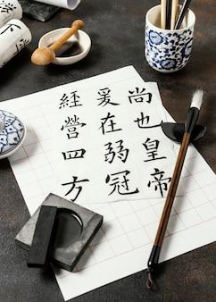 Hoge hoek chinese inkt elementen samenstelling