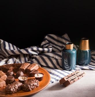 Hoge hoek chocolade snoep assortiment op plaat