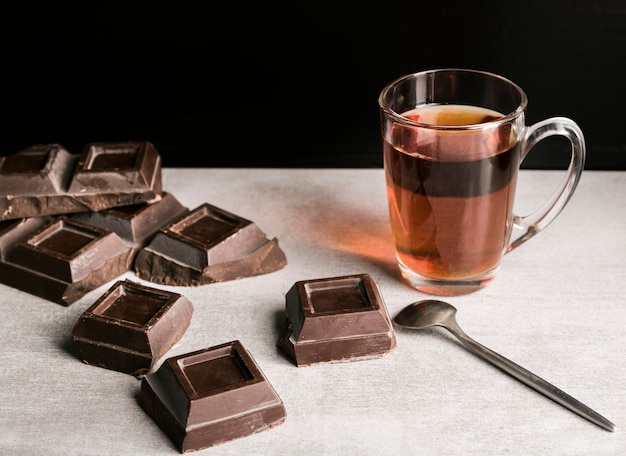 Hoge hoek chocoladereep pleinen en drank
