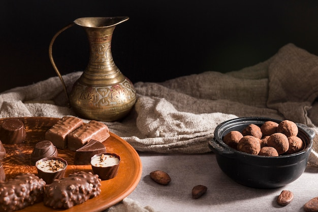 Hoge hoek chocoladesnoepjes op plaat en chocoladesuikergoed in kom