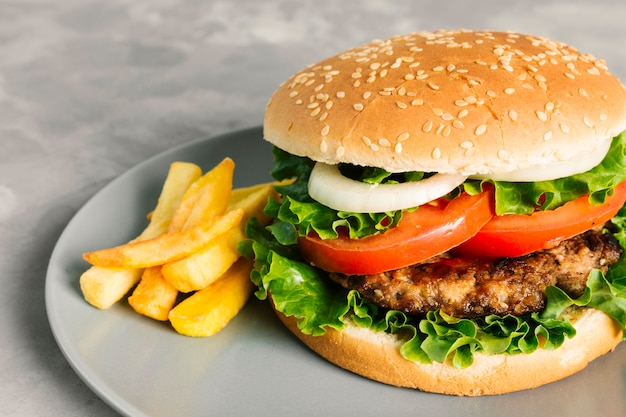 Hoge hoek close-up hamburger met frietjes op plaat