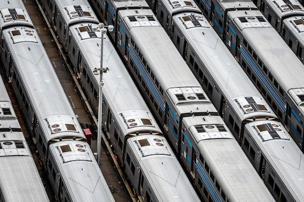 Hoge hoek close-up luchtfoto van hudson yards treindepot met treinlijnen