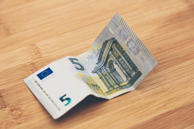 Hoge hoek close-up shot van een bankbiljet op een houten oppervlak