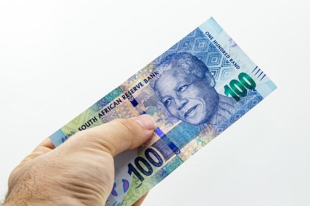 Hoge hoek close-up shot van een persoon met een bankbiljet
