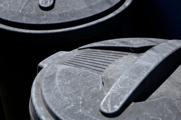 Hoge hoek close-up shot van een plastic vuilnisbak onder het zonlicht