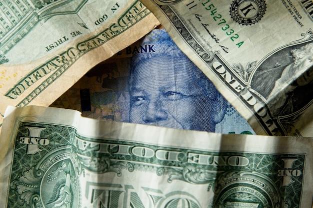 Hoge hoek close-up shot van een stapel van verschillende bankbiljetten en contant geld