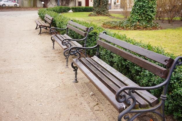 Hoge hoek close-up shot van houten banken in het park