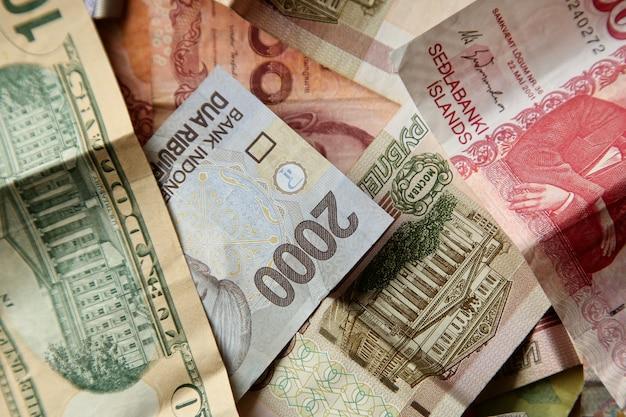 Hoge hoek close-up shot van stapel bankbiljetten op houten oppervlak
