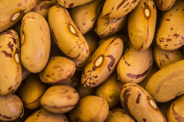 Hoge hoek close-up shot van verse bruine bonen