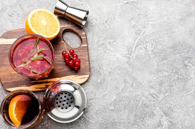 Hoge hoek cranberry wodka op snijplank met kopie-ruimte