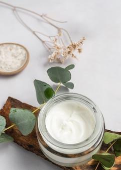 Hoge hoek crème container en plant
