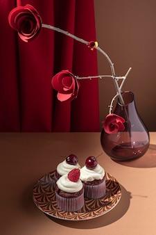 Hoge hoek cupcakes en papieren rozen