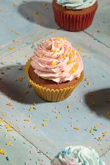 Hoge hoek cupcakes met glazuur arrangement
