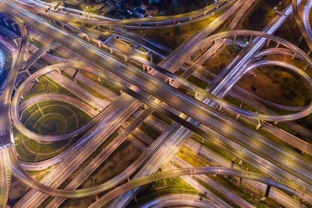 Hoge hoek die top down mening van ingewikkelde weg en snelwegkruising in bangkok thailand kijken.