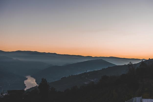 Hoge hoek die van bergen in de mist is ontsproten