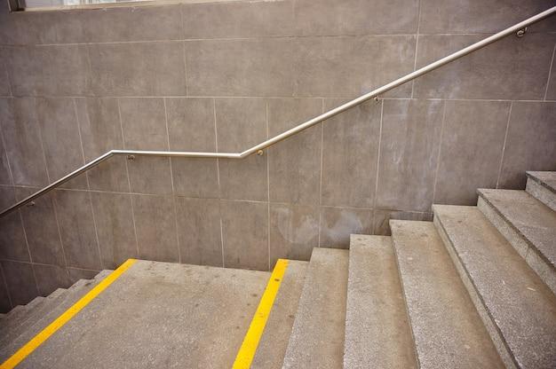 Hoge hoek die van betonnen trappen is ontsproten