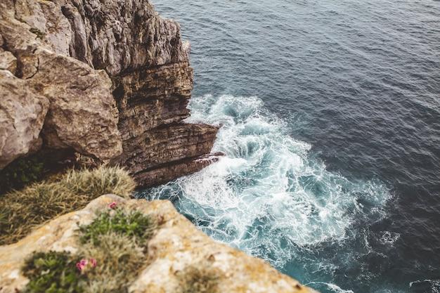 Hoge hoek die van de blauwe zee en de kust is ontsproten