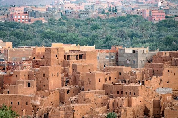 Hoge hoek die van de historische verwoeste gebouwen in marokko is ontsproten