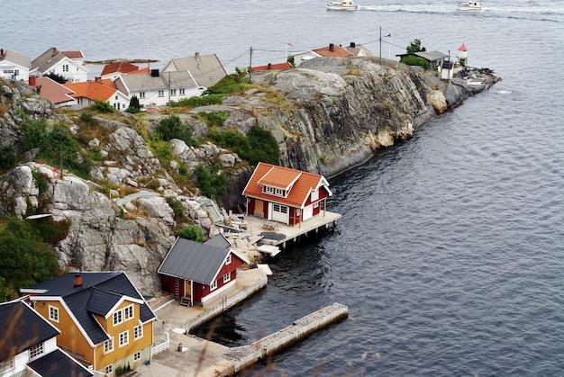 Hoge hoek die van de kleine huizen door de zee in kragero, telemark, noorwegen is ontsproten