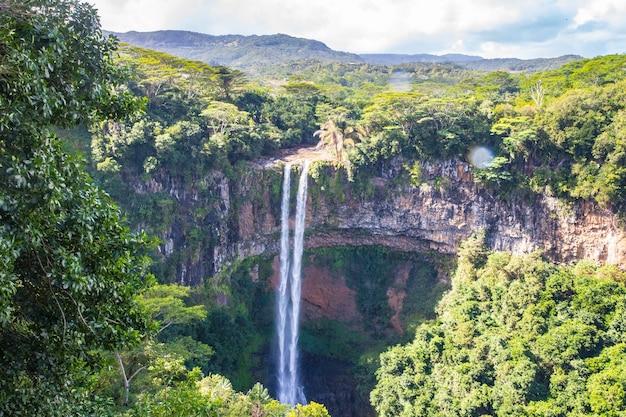 Hoge hoek die van de mooie waterval chamarel in mauritius is ontsproten
