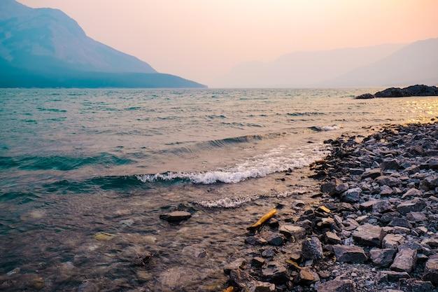 Hoge hoek die van de stenen op het lichaam van de zee is ontsproten