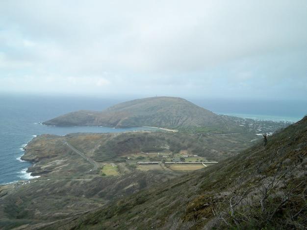 Hoge hoek die van een bergachtige kust in hawaï is ontsproten