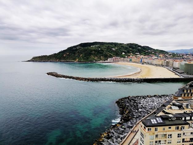 Hoge hoek die van een betoverend strandlandschap in san sebastian, spanje is ontsproten