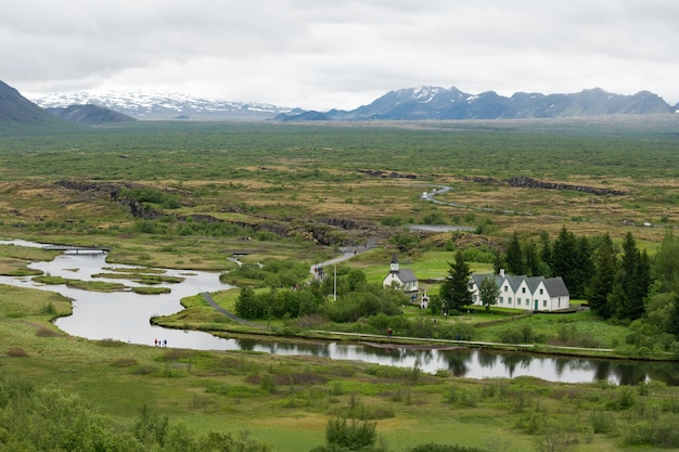 Hoge hoek die van een groen landschap in thingvellir, ijsland þingvellir thingvellir ijsland is ontsproten