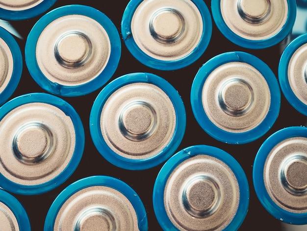 Hoge hoek die van een groep blauwe batterijen op een oppervlakte is ontsproten