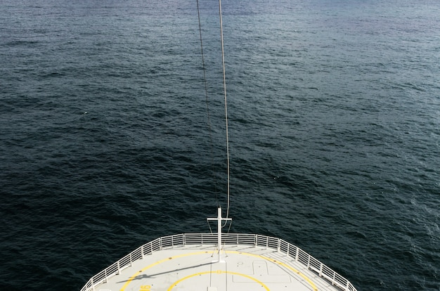 Hoge hoek die van een grote zeilboot is ontsproten die op de kalme oceaan drijft