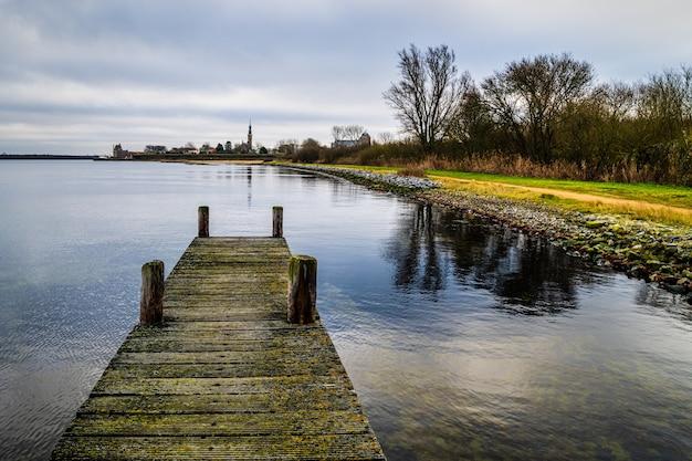 Hoge hoek die van een houten pijler op veerse meer veere, zeeland, nederland is ontsproten