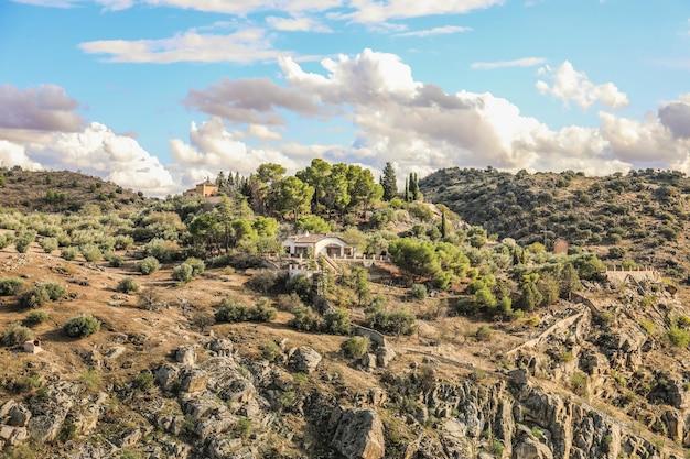 Hoge hoek die van een huis in een rotsachtig landschap in spanje is ontsproten