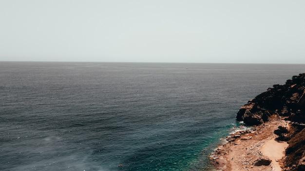 Hoge hoek die van een klif in de kust is ontsproten