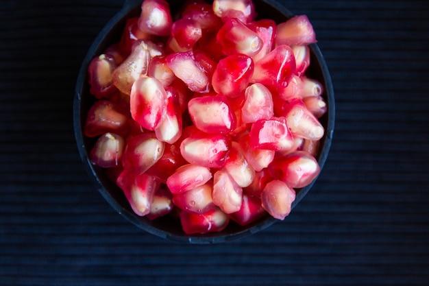 Hoge hoek die van een kom vers granaatappelfruit is ontsproten