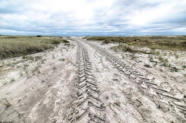 Hoge hoek die van een landweg is ontsproten die in sneeuw tijdens wintertijd wordt behandeld