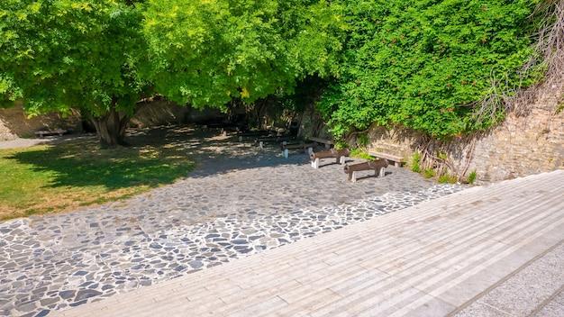 Hoge hoek die van een leeg park met bloeiende groene bomen op de muren is ontsproten